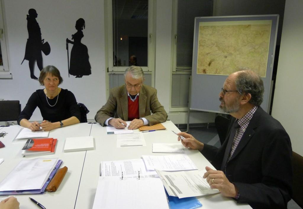 """Archivleiterin Dr. Cornelia Regin (links) berichtet aus ihrer Tätigkeit, Dr. Klaus Mlynek (Mitte), ihr """"Vorvorgänger"""" im Amt und Schriftführer des Freundeskreises protokolliert eifrig."""