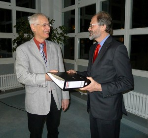 Offizielle Überhabe: Prof. Hauptmeyer händigt seinem Nachfolger im Amt des Vorsitzenden, Prof. Otte, die Handakte aus.