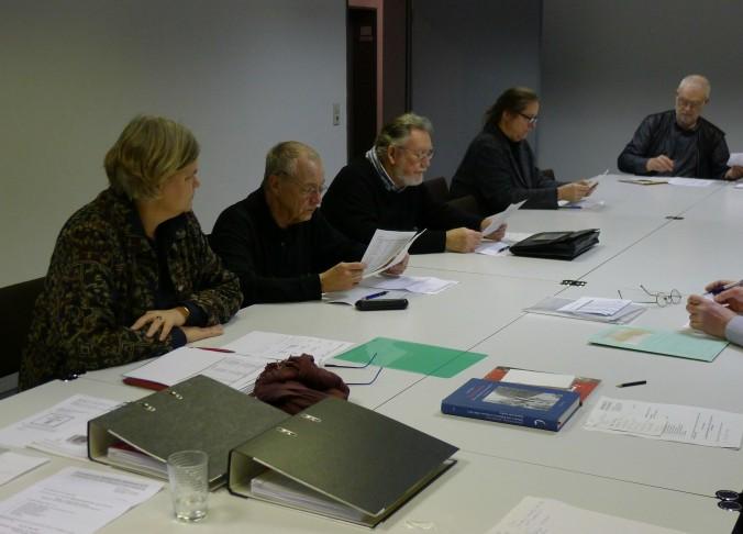 Interessierte Lektüre: Einige der Vereinsmitglieder werfen einen genauen Blick auf die Haushaltsführung im Jahr 2015